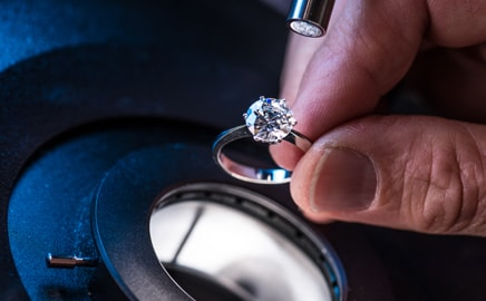 appraising a ring with equipment